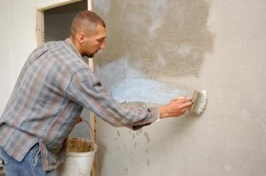 Обработка стен в ванной перед укладкой плитки