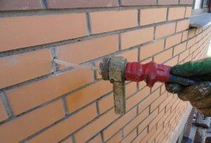 Чем заполнить пространство между стеной и облицовкой