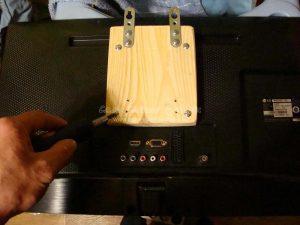 Как повесить монитор на стену без кронштейна