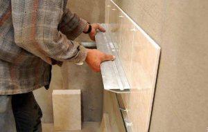 Как положить плитку на окрашенную стену