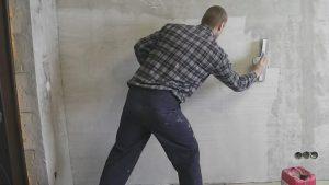 Нужно ли штукатурить бетонные стены под обои