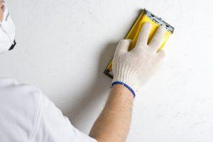 Какой наждачкой зачищать шпаклевку на стенах