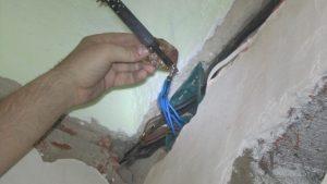 Как соединить перебитый провод в стене